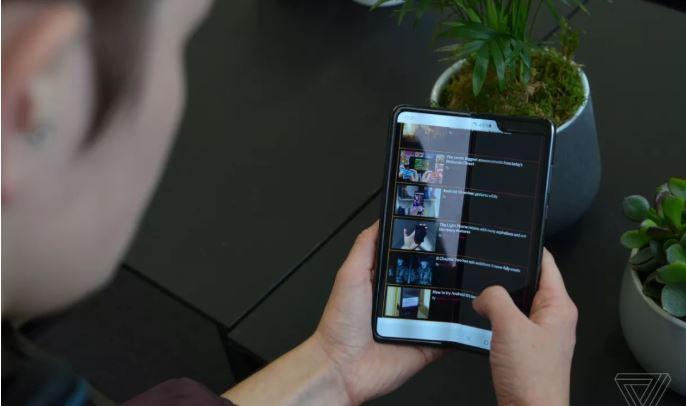 Lớp kính bảo vệ phía trên màn hình Galaxy Fold có khả năng uốn dẻo